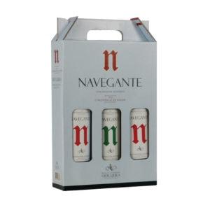 Pack Navegante, caixa de cartão alusiva ao Vinho Navegante com três garrafas de Vinho: 1 Navegante Branco 0.75L e 2 Navegante Tinto 0.75L