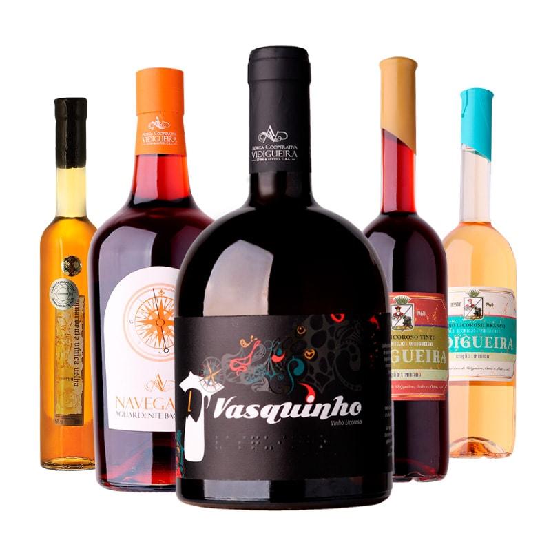 Cinco garrafas de vinhos e licores. Da esquerda para a direita: Aguardente Vínica Velha, Aguardente Bagaceira Navegante, vinho Licoroso Vasquinho, Vidigueira Licoroso Tinto e Vidigueira Licoroso Branco da Adega Cooperativa Vidigueira, Cuba e Alvito.